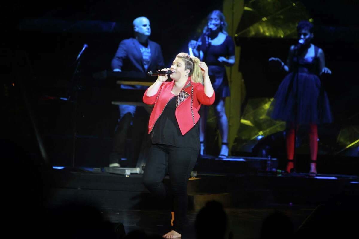 Kelly Clarkson Now pregnant with her second child, she has been vocal about the number of hoots she does not give about opinions on her weight.