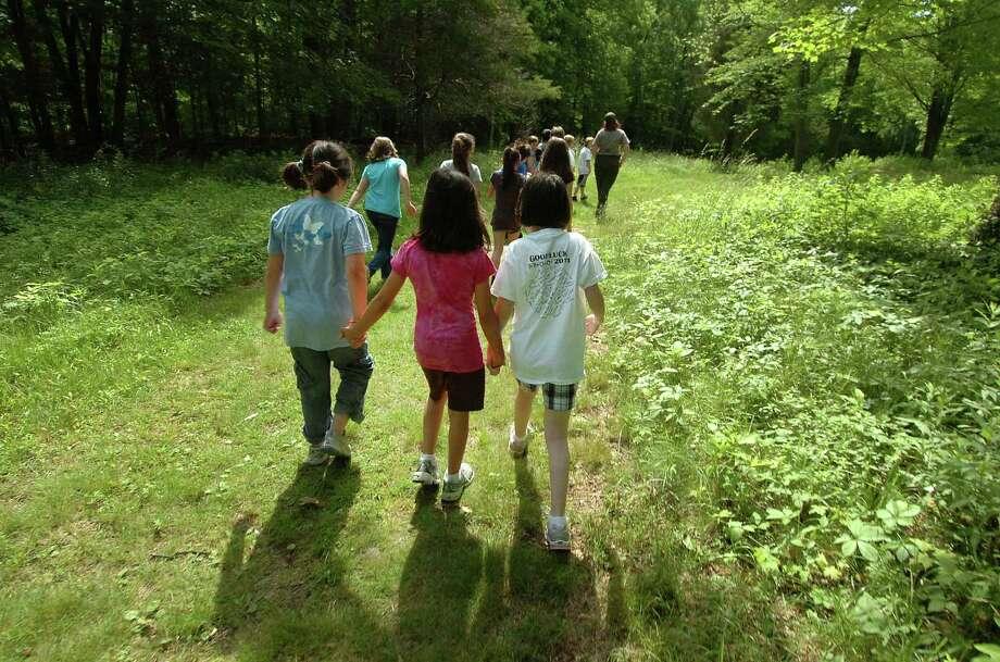 Students hike to Weir Pond. Photo: Alex Von Kleydorff / 2011 Weir Farm/Alex von Kleydorff