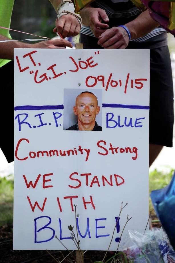 Residents show support on Wednesday for slain officer Joseph Gliniewicz in Fox Lake, Illinois. Photo: Nam Y. Huh, STF / AP