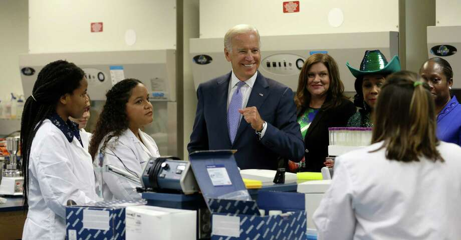 Vice President Joe Biden talks with biotechnology students at Miami Dade College. Photo: Alan Diaz /Associated Press / AP