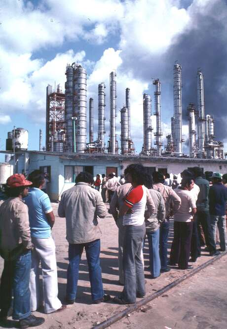 Workers line up on payday at a petrochemical plant in Coatzacoalcos, Mexico. A report says Mexico's petrochemical industry may have a comeback.  Photo: Sergio Dorantes