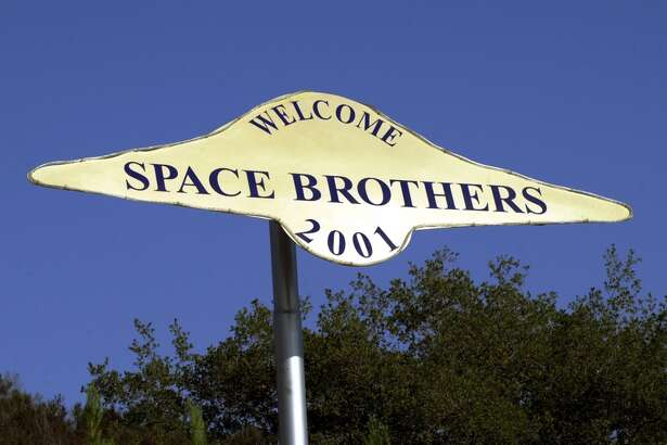 """A sign welcomes extraterrestrial beings in the year 2001 to a rural locale near Jamul, CA, October 15, 2000, purchased by the Unarius Academy of Science to serve as a landing site for """"space brothers"""" from other planets. According to the academy, a spaceship carrying 1,000 alien scientists from the planet Myton will arrive on Earth in the year 2001, landing on a raised landform that was once part of an Atlantean continent in the Caribbean Sea. If humans are spritually ready, a total of 33 flying saucers from different planets will land in a towering stack near Jamul, CA to create an international university and introduce new technologies to save planet Earth from self-destruction. (Photo by David McNew/Newsmakers)"""