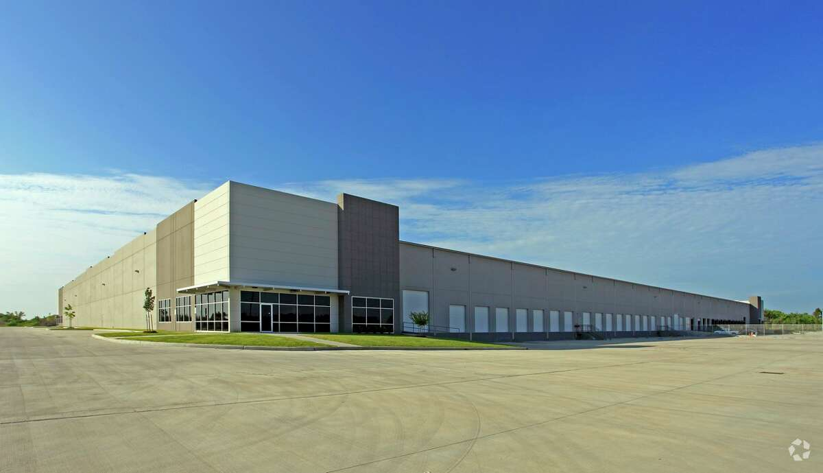 JLL announced that Los Angeles-based Mariak, a manufacturer of custom window coverings, leased 103,908 square feet of industrial space in Ellington Trade Center, located at 12550 Highway 3.