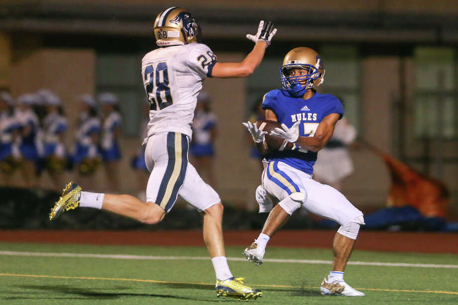 Alamo Heights' Brendan McClinton (right)  gets past O'Connors'sSteven Charo to haul in a 32-yard touchdown pass from Jack Woodland with 43 seconds remaining in the first half of their game at Orem Stadium on Friday, Sept. 4, 2015.  MARVIN PFEIFFER/ mpfeiffer@express-news.net Photo: Marvin Pfeiffer, Staff / San Antonio Express-News / Express-News 2015
