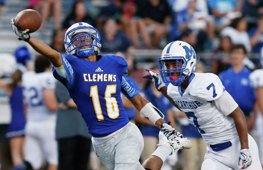 Clemens' Samuel Kearns makes a one-handed catch against MacArthur's Charles Henderson for a touchdown. Photo: Kin Man Hui /San Antonio Express-News / ©2015 San Antonio Express-News