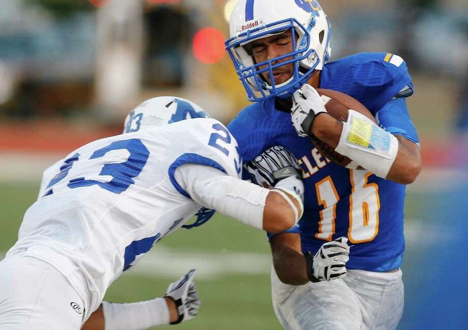 Clemens' Samuel Kearns (16) braces for a tackle by MacArthur's Benny Odem (23) during a possession at Lehnhoff Stadium on Sept. 4, 2015. Photo: Kin Man Hui /San Antonio Express-News / ©2015 San Antonio Express-News