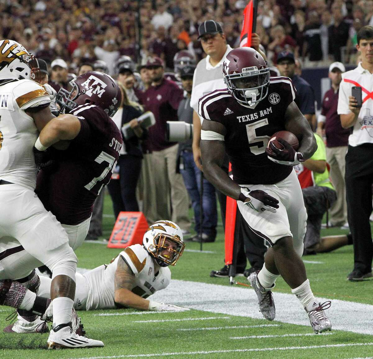 Tra Carson (5) and Texas A&M were impressive enough in their season-opening win over Arizona State to vault into the AP top 25 poll. Click through the gallery to see this week's rankings.