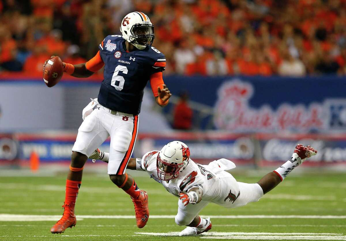 ATLANTA, GA - SEPTEMBER 05: Jeremy Johnson #6 of the Auburn Tigers rushes away from Devonte Fields #92 of the Louisville Cardinals at Georgia Dome on September 5, 2015 in Atlanta, Georgia. (Photo by Kevin C. Cox/Getty Images) ORG XMIT: 566214579