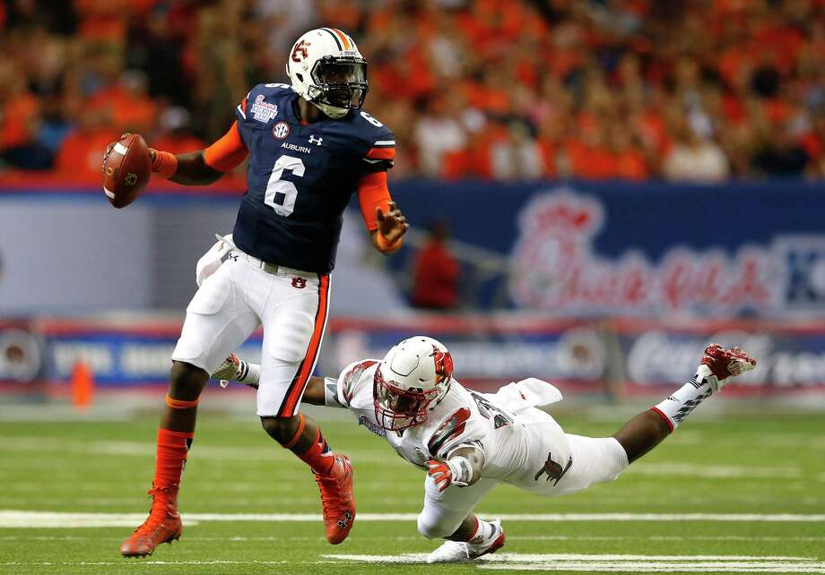 ATLANTA, GA - SEPTEMBER 05:  Jeremy Johnson #6 of the Auburn Tigers rushes away from Devonte Fields #92 of the Louisville Cardinals at Georgia Dome on September 5, 2015 in Atlanta, Georgia.  (Photo by Kevin C. Cox/Getty Images) ORG XMIT: 566214579 Photo: Kevin C. Cox / 2015 Getty Images