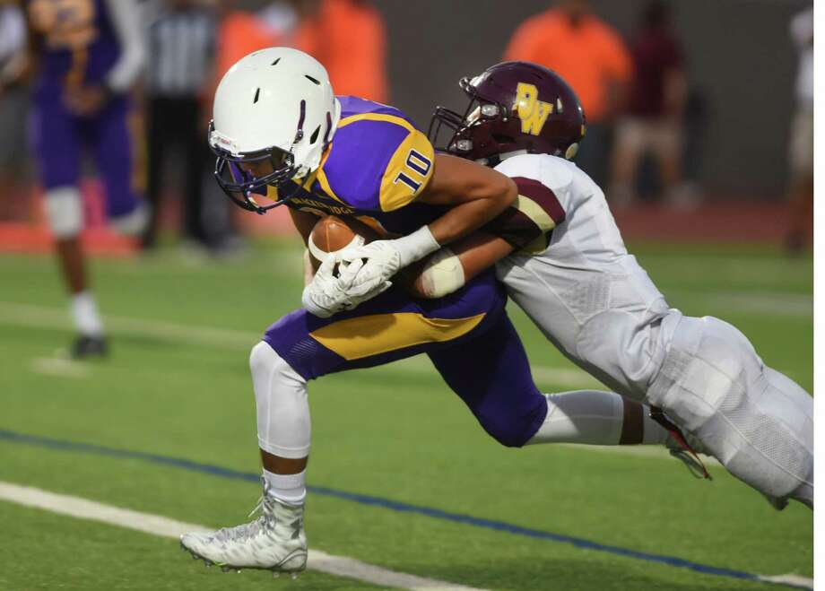 Quarterback Vincent Gonzales of Brackenridge scores against Devine during high school football action at Alamo Stadium on Saturday, Sept. 5, 2015. Photo: Billy Calzada, Staff / San Antonio Express-News / San Antonio Express-News