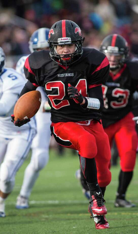 Fairfield Warde running back Bryan Azarian ran for 185 yards and two touchdowns last season. Photo: Mark Conrad / Mark Conrad / Connecticut Post Freelance