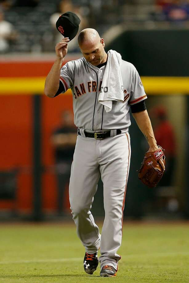 Starting pitcher Tim Hudson #17 of the San Francisco Giants walks to the dugout before the MLB game against the Arizona Diamondbacks at Chase Field on September 8, 2015 in Phoenix, Arizona. Photo: Christian Petersen, Getty Images