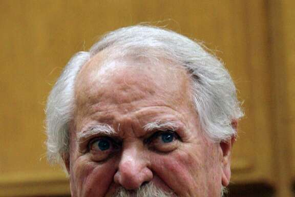 "FILE - In this Feb. 13, 2007 file photo, best-selling author Clive Cussler waits to testify in court in a lawsuit over the film, ""Sahara,"" in Los Angeles.  (AP Photo/Nick Ut, file)"