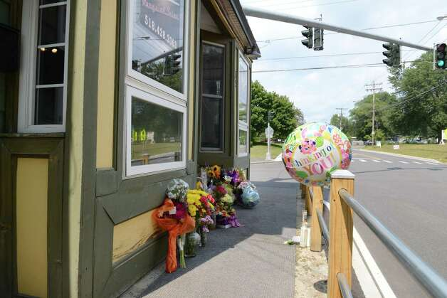 Flowers are placed at a makeshift memorial outside Recycled Salon on Sand Creek Road for hair stylist Jacquelyn Porreca Monday morning, Aug. 31, 2015, in Colonie N.Y. Porreca, 32, was stabbed to death on Aug. 21 inside Recycled Salon. Police said cash was stolen from several places inside the salon. (Will Waldron/Times Union) ORG XMIT: MER2015090913320264 Photo: WW