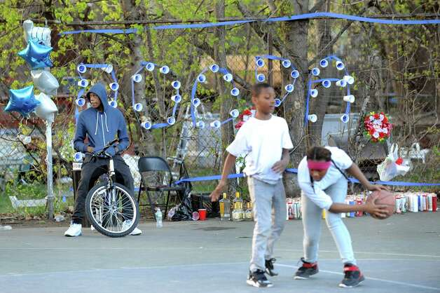 A memorial for shooting victim Latwan Hankins, 21, is near the basketball court on Thursday, April 30, 2015, at Livingston Park in Albany, N.Y. (Cindy Schultz / Times Union) ORG XMIT: MER2015043021303659 Photo: Cindy Schultz / 00031663A