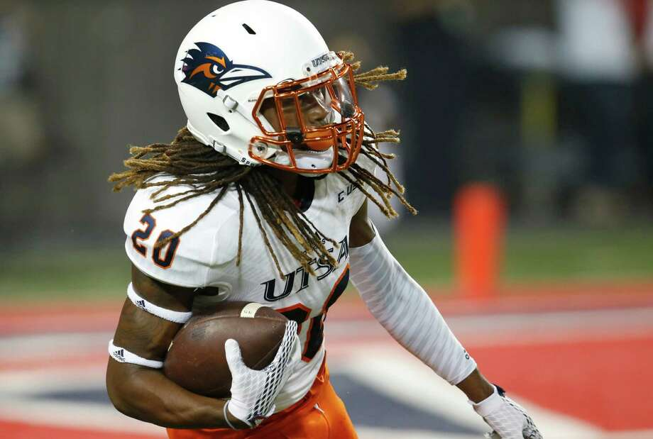 UTSA running back Brett Winnegan returns a kickoff during the first half against Arizona on Sept. 3, 2015, in Tucson, Ariz. Photo: Rick Scuteri /Associated Press / FR157181 AP
