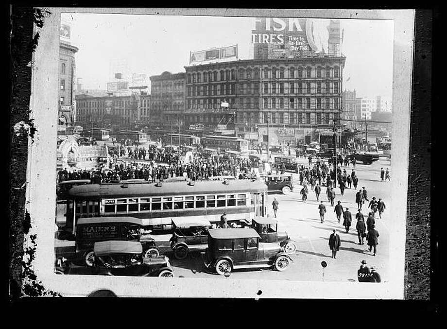 Look at all that pedestrian traffic in this photo of Detroit, taken between 1915 and 1925. The government wants America to start walking again. Photo: Library Of Congress Prints And Photographs Division