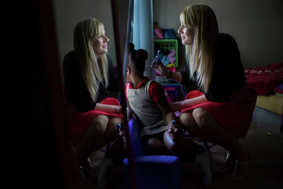 CPS caseworker Christina McKinney visits with a 6-year-old girl sent to live with her aunt temporarily during an ongoing investigation. Photo: Marie D. De Jesus, Houston Chronicle / © 2015 Houston Chronicle