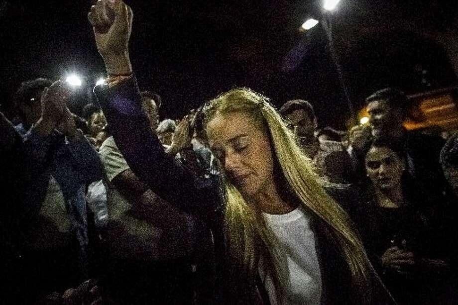 Lilian Tintori, esposa del líder opositor venezolano Leopoldo López, en la noche del 10 de septiembre de 2015 tras saber que su marido fue condenado a 14 años de prisión por cargos relacionados  con instigación a la violencia durante las manifestaciones que tuvieron lugar en 2014 contra el gobierno de Nicolás Maduro. Photo: AP