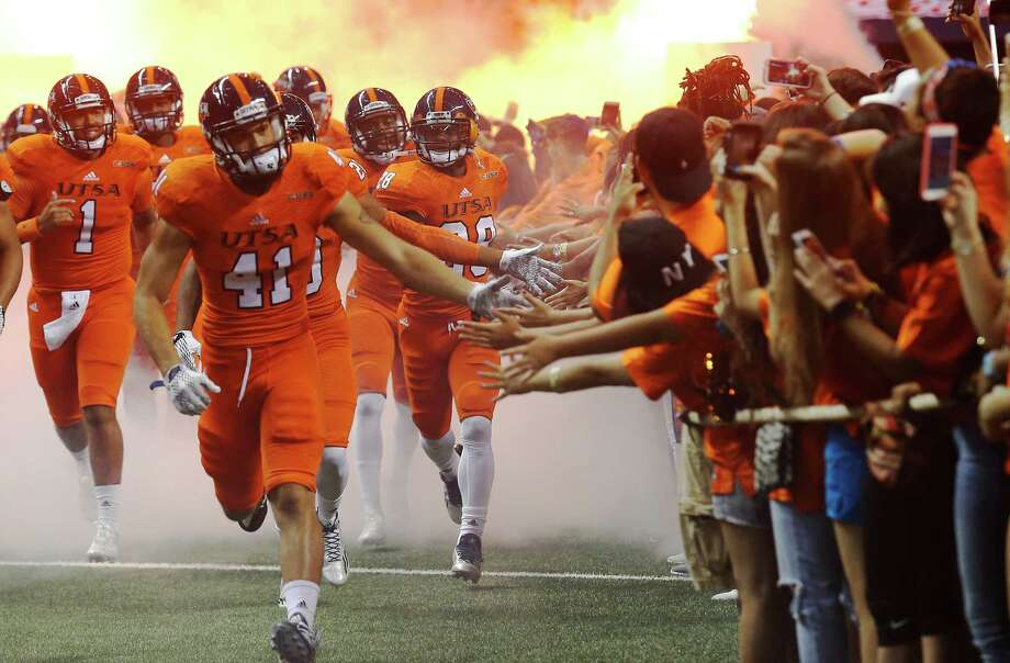 UTSA football players are greeted by freshman students before the start of the game against Kansas State at the Alamodome on Saturday, Sept. 12, 2015. (Kin Man Hui/San Antonio Express-News) Photo: Kin Man Hui, Staff / San Antonio Express-News / ©2015 San Antonio Express-News