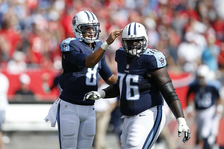 Marcus Mariota (8) gives props to lineman Byron Bell after a TD. Photo: Joe Robbins, Getty Images
