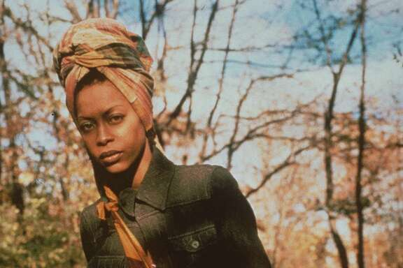 FILE--Singer Erykah Badu poses in New York's Central Park in this Nov.1996 file photo. Badu is nominated for Best New Artist at the 1998 Grammy Awards, which will be held Wednesday, Feb. 25 in New York.(AP Photo/Universal Records)  HOUCHRON CAPTION (02/25/1998):  Erykah Badu