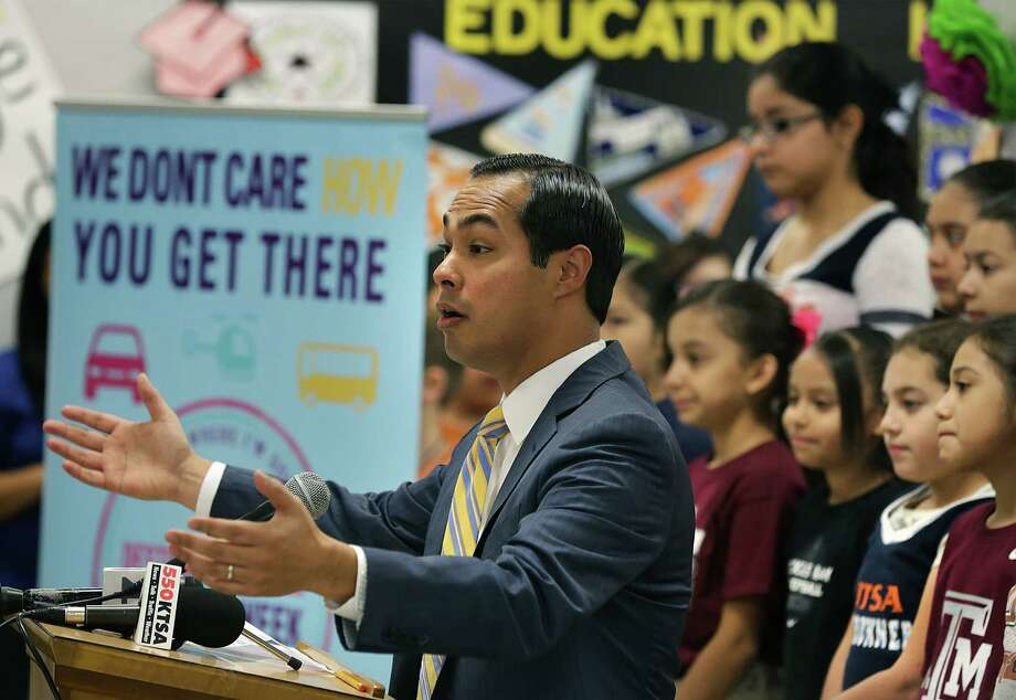 Mayor Julian Castro helps kick off College Week with Destination College, a weeklong celebration of college-going culture, at Briscoe Academy April 8, 2014. Photo: Bob Owen /San Antonio Express-News / © 2012 San Antonio Express-News