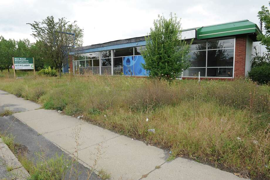 Former Blockbuster store on Route 9 just north of the Latham Farms shopping center on Monday, Sept. 14, 2015 in Colonie, N.Y. The Colonie Planning Board will consider granting final approval to a proposed Auto Zone to occupy this site. (Lori Van Buren / Times Union) Photo: Lori Van Buren / 00033347A