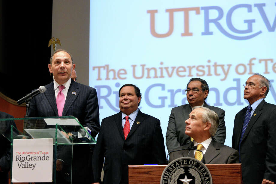 Veterans Affairs Secretary Robert McDonald (at lectern) talks about a VA strategy to improve health care for veterans and reduce wait times. Gov. Greg Abbott (front right) also spoke. Photo: Jason Hoekema /Associated Press / Valley Morning Star