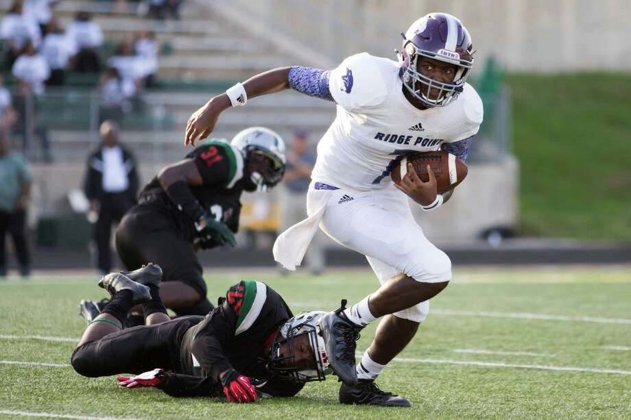 Ridge Point's Shane Gosson (7) breaks away from the Hightower defender and carries the ball for a positive gain at Hall Stadium on Saturday, Setember 5, 2015, in Missouri City. ( Joe Buvid / For the Chronicle ) Photo: Joe Buvid, Freelance / © 2015 Joe Buvid