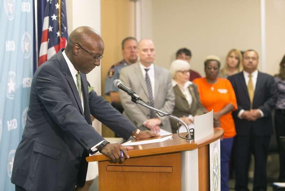 Ken Huewitt, superintendente asistente del HISD, dio una conferencia de prensa en la que informó de que las víctimas mortales del accidente de un autobús escolar en el sureste de Houston tenían 14 y 17 años, respectivamente. Photo: Cody Duty, Houston Chronicle