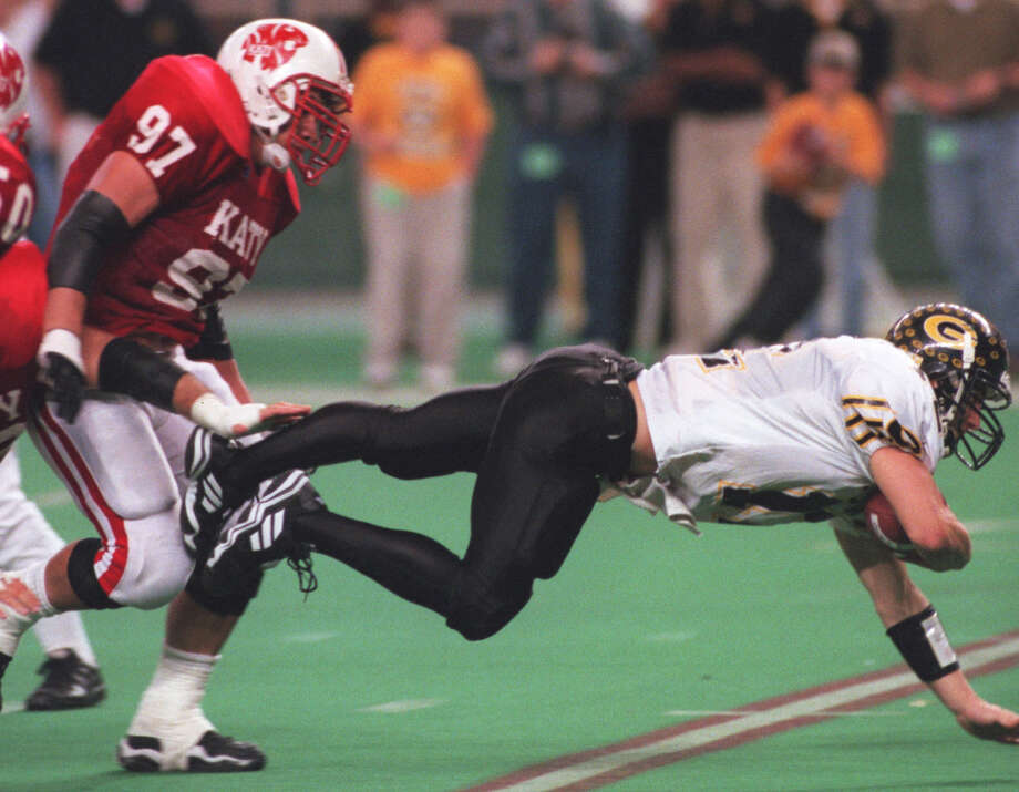 QB Nathaniel Roberts and the Garland offense usually kept the ball on the ground in 1999, but in the state title game against Katy, Roberts threw three touchdown passes. Below, Garland players like Bryan Hooper enjoyed winning a championship in the Astrodome, even if the once-wondrous venue wasn't in good shape. Photo: Melissa Phillip, Staff / Houston Chronicle