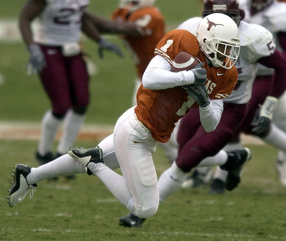 The Longhorns' Sloan Thomas comes down with a pass on Nov, 29, 2002, at Royal-Memorial Stadium in Austin during the Longhorns' 50-20 win over the Texdas A&M Aggies. Photo: William Luther /San Antonio Express-News / SAN ANTONIO EXPRESS-NEWS