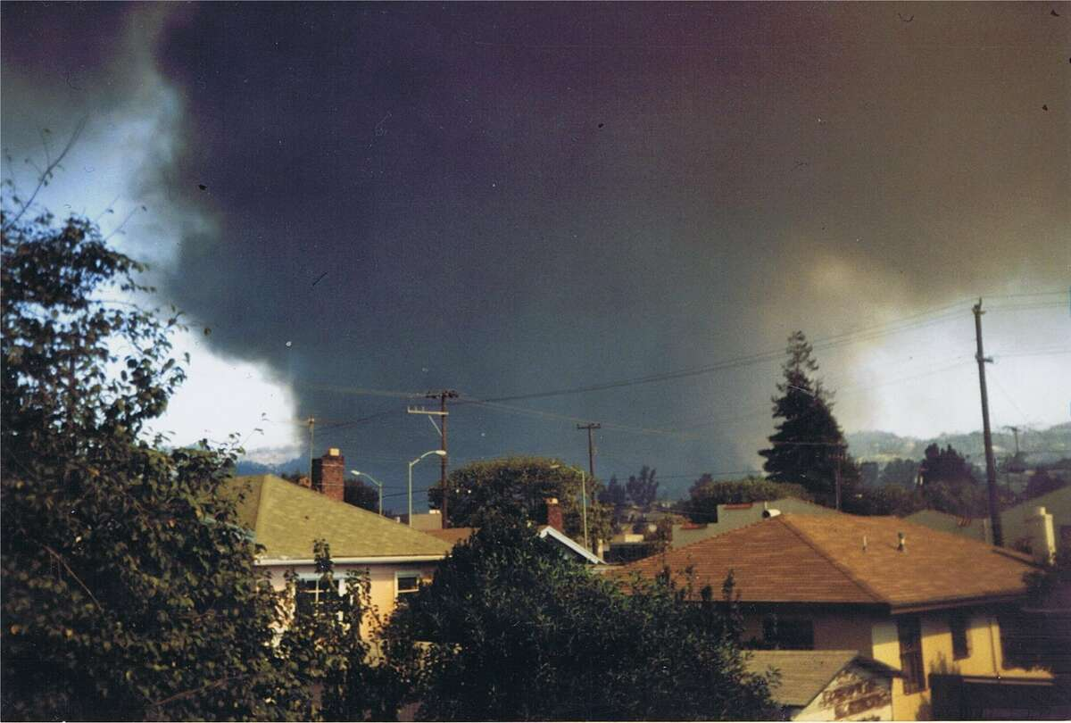 This is what I saw when I first exited my house on the way to the nursery on 51st Street. Oakland Hills fire photo by Bob Bragman.