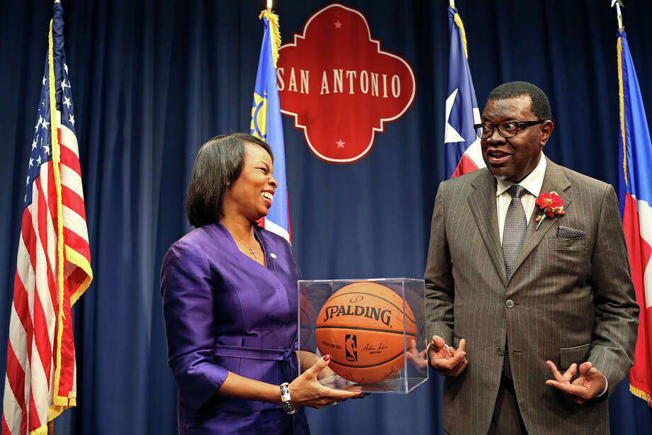 Mayor Ivy Taylor presents Namibian President Hage Geingob with a basketball signed by the San Antonio Spurs. Photo: Lisa Krantz /San Antonio Express-News / ©2015 San Antonio Express-News