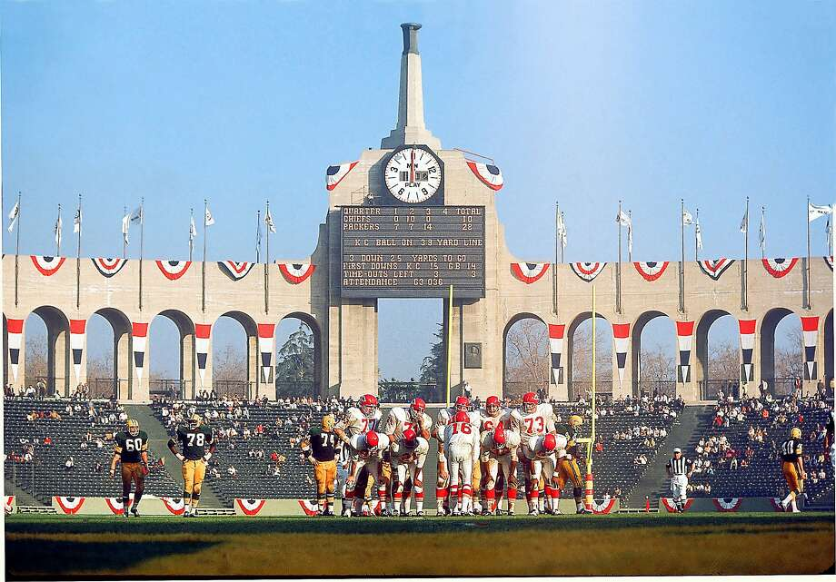Super Bowl I Green Bay Packers (NFL) 35 Kansas City Chiefs (AFL) 10 Location: Memorial Coliseum, Los Angeles, California Date: January 15, 1967 Attendance: 61,946 Only 62,000 fans were in the stands of the 100,000-seat Los Angeles Memorial Coliseum for ÒThe AFL-NFL World Championship GameÓ between the Green Bay Packers and the Kansas City Chiefs. Some were put off by the $12 top ticket price. Photo: Walter Iooss Jr., SFC