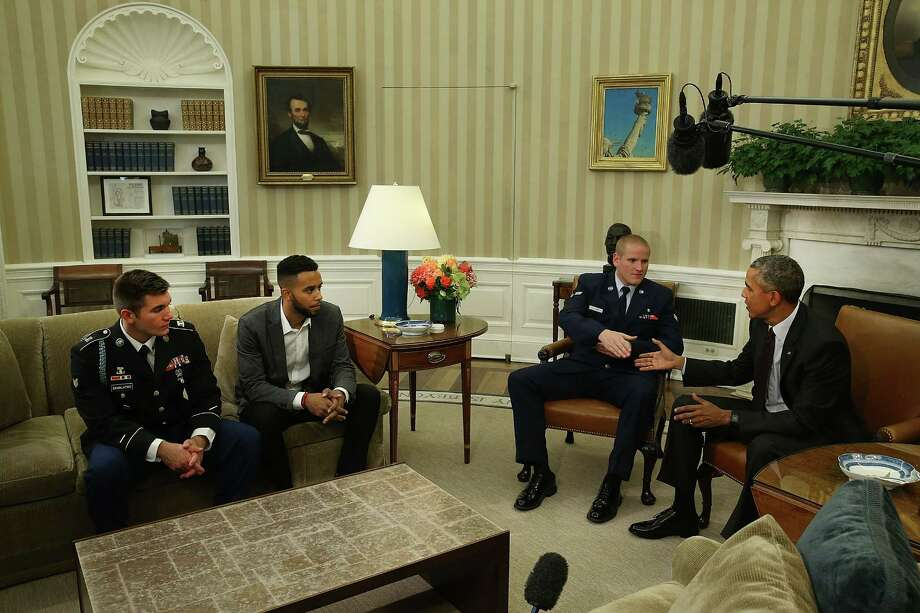 WASHINGTON, DC - SEPTEMBER 17:  US President Barack Obama (R) meets with US Army Specialist Alek Skarlatos (L), Anthony Sadler (2ndL), and US Air Force Airman 1st Class Spencer Stone (2ndR) during a meeting in the Oval Office at the White House on September 17, 2015 in Washington, DC. The three friends are concidered heros for helping overpower a gunman on a Paris-bound train on August 21.  (Photo by Mark Wilson/Getty Images) *** BESTPIX *** Photo: Mark Wilson, Staff / 2015 Getty Images