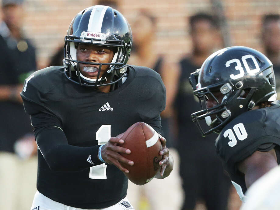 Knight quarterback Xavier Martin hands off to  Travell Lumpkin as Steele plays DeSoto at Crusader Stadium at the University of Mary Hardin-Baylor on  September 17, 2015. Photo: Tom Reel / San Antonio Express-News