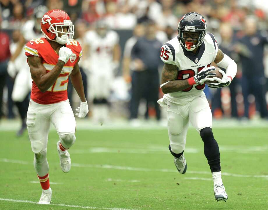 Receiver Nate Washington, right, was an instant hit in his Texans debut, catching six passes for 105 yards in a 27-20 loss to Marcus Peters (22) and the Chiefs. Photo: Brett Coomer, Staff / © 2015  Houston Chronicle