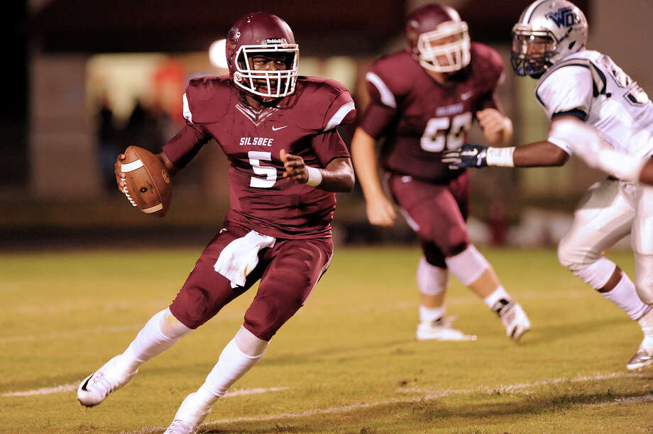 Silsbee Tiger quaterback Dontre Thomas, 5, looks for an open receiver during the match against the West Orange-Stark Mustangs at Tiger Stadium September 18, 2015. Photo by Drew Loker Photo: Drew Loker / ©2015. www.DrewLoker.com