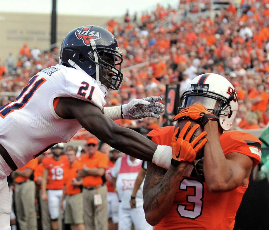 Oklahoma State wide receiver Marcell Ateman (right) catches a 13-yard touchdown pass in front of UTSA cornerback Bennett Okotcha during Saturday's game in Stillwater, Oklahoma. The 55-point loss was the worst in program history. Photo: Brody Schmidt /Associated Press / FR79308 AP