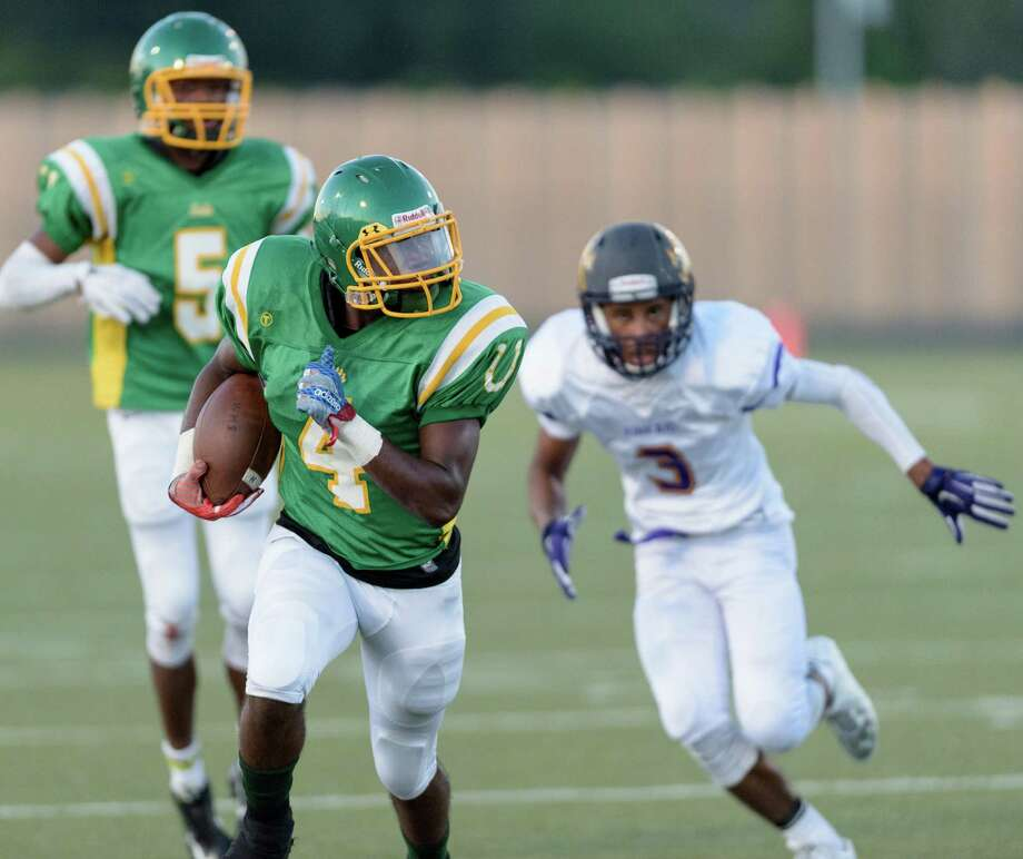 Tyshau Robinson-Cox (4) of Worthing heads to the end zone on the receiving end of a 17-yard touchdown pass from Alfred Robertson in the second quarter of the Colts' 56-36 loss to Kinkaid at Butler Stadium. Photo: Wilf Thorne / © 2015 Houston Chronicle