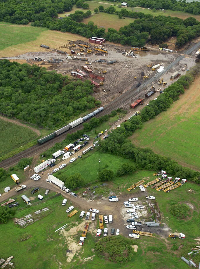 A Union Pacific train and a Burlington Northern train collided in June 2004 in South Bexar County, causing the release of hazardous chemicals that killed three people. Train safety technology required by the end of this year might have prevented the crash. Photo: William Luther /San Antonio Express-News / SAN ANTONIO EXPRESS-NEWS