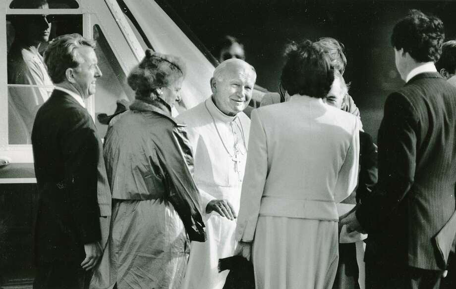 Pope John Paul II greets Dianne Feinstein, Leo McCarthy and others at Crissy Field on Sept. 17, 1987. Photo: Michael Maloney, The Chronicle