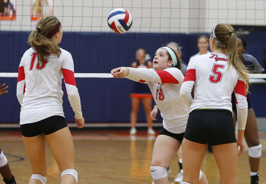 Katy's Emily Shafer, center, keeps the ball in play for the Tigers in a loss to Seven Lakes. Photo: Diana L. Porter, Freelance / © Diana L. Porter