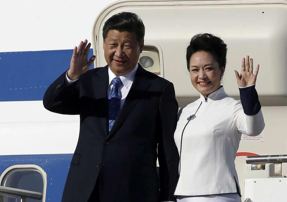 Chinese President Xi Jinping (left) and his wife, Peng Liyuan, arrive in in Everett, Wash. Photo: Elaine Thompson, Associated Press