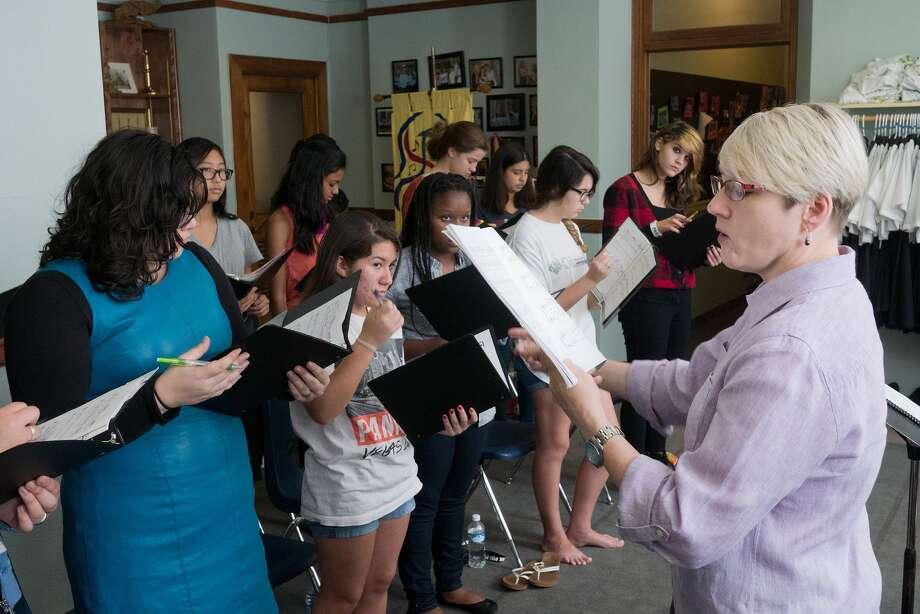 Director Kimberly Tobola conducts a Houston Girls' Chorus rehearsal. L-R:  Emily Garza, 14, 77502, Sara Bonilla, 14, 77064; Naviah Dixon, 13, 77478 (hidden); LeAnna Leal, 16, 77035; Hannah Bernosky, 13, 77036.  Photo By R. Clayton McKee Photo: R. Clayton McKee, Freelance / © R. Clayton McKee