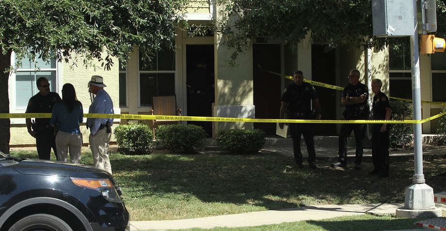 San Antonio police investigate Wednesday September 23, 2015 at the scene of a shooting that took place shortly after 11:00 a.m. on the 1700 block of South Hamilton. Photo: John Davenport, San Antonio Express-News / ©San Antonio Express-News/John Davenport