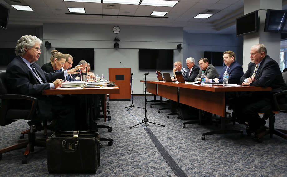 Jeff Londa (left), lead negotiator for San Antonio, questions Ron DeLord (right), chief negotiator for the police union, during contract talks. Photo: Tom Reel /San Antonio Express-News