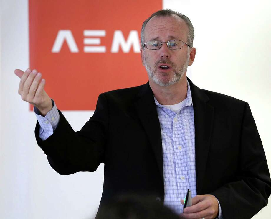 Tom Cuthbert, Vistage chairman and founder and former CEO of Adometry, speaks at a workshop sponsored by the Association of Mexican Entrepreneurs on Thursday. Photo: Bob Owen /San Antonio Express-News / San Antonio Express-News
